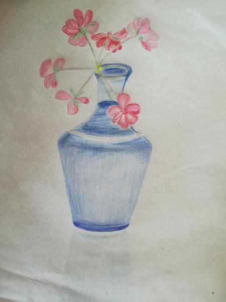 庭の赤い花を青い花瓶に飾り、静かなまなざしと熱を込めたおもい。 『青い花瓶と庭の赤』k。